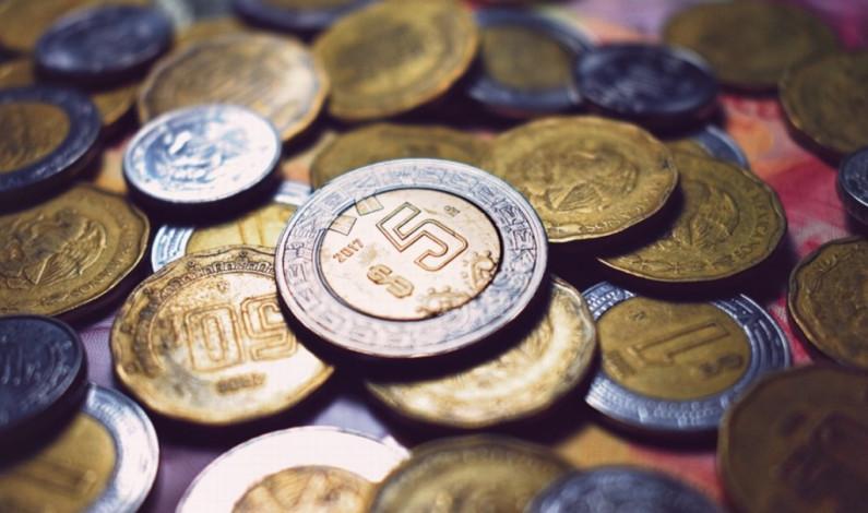 Peso mexicano cierra jornada con ligera baja frente al dólar