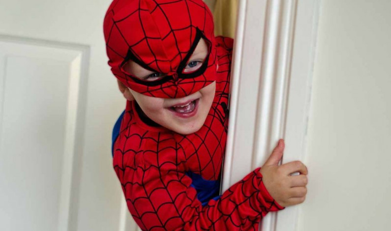 Niños molestan a araña para ser mordidos y tener poderes de Spider-Man