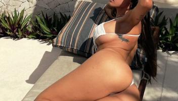 Mia Khalifa sigue disfrutando de las Playas en Mexico